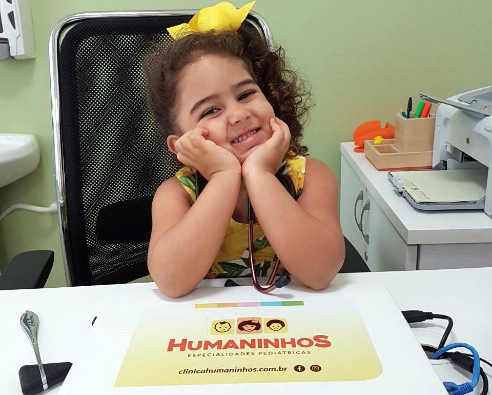 A pequena Laura, paciente de Dra. Luciana Sobral, na clínica Humaninhos.